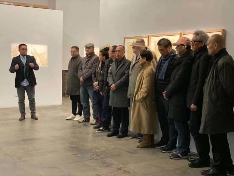 (左起)展览总策划张涛、策展人夏可君和参展艺术家们