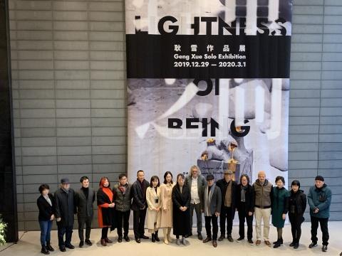 开幕现场合影。学术主持邵亦杨(左七)、策展人Alia Lin(左八)、艺术家耿雪(左九)