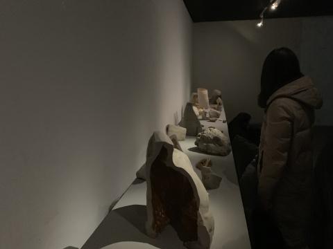 """《米开朗基罗的情诗》 影像装置 2015    米开朗基罗,西方文艺复兴时期的巅峰巨人,他的十四行诗集中,大量写给同性爱人的热烈的情诗,诗中充满对人的爱、艺术与神性、情感与信仰。米开朗基罗的雕塑用""""凿""""的方式留下他的""""痕迹"""",耿雪则是用双手来推很软的瓷泥,在泥土里不断留下手的""""痕迹"""",泥土在艺术家的手上沾满了自己的身体。影像的字幕是米开朗基罗书写的情诗,艺术家将这些诗句作为字幕,和影像中的行为呼应,试图传递给观众特别的情绪和想象。"""