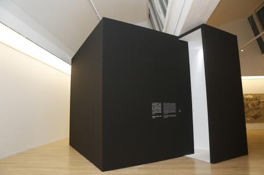 展望 《困局》,六面体白墙、篮球 尺寸可变 2019