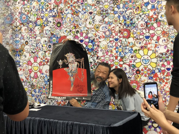 村上隆在香港大馆的限时概念店做签售,并与每一位参与签售的粉丝合影(摄影:罗颖)