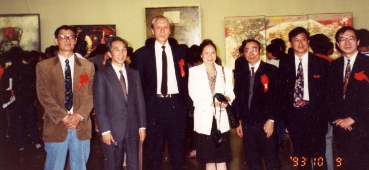 1993年第二届油画年展何冰(左一)与詹建俊(左三)、靳尚谊(左二)、闻立鹏(右三)在中国美术馆