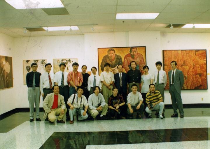 """1995年""""中国当代油画艺术展""""展览现场,左一为何冰"""
