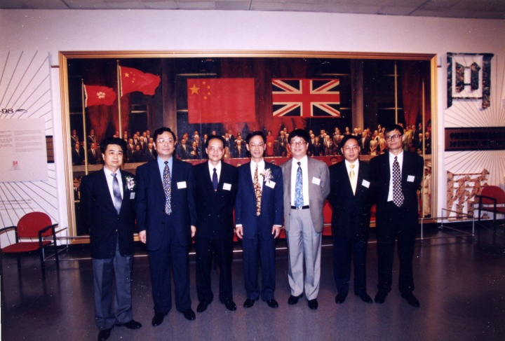 """1997年香港回归""""中国艺术大展""""开幕现场,右一为何冰"""