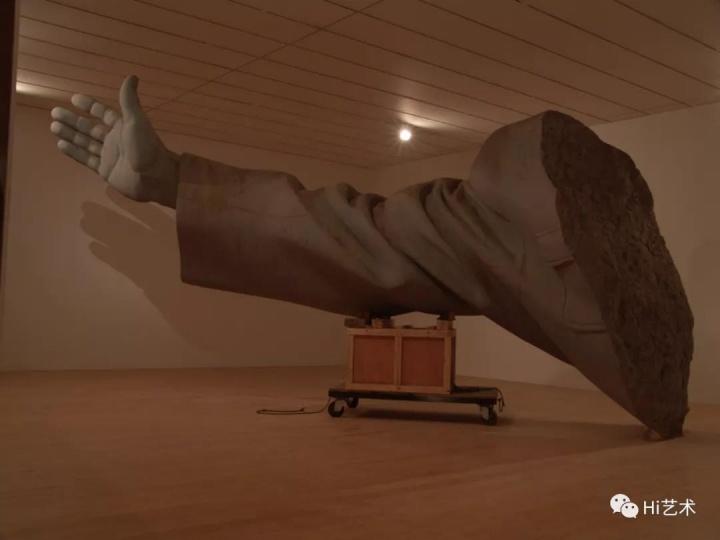 《衣纹研究—右手》里昂双年展现场 2004