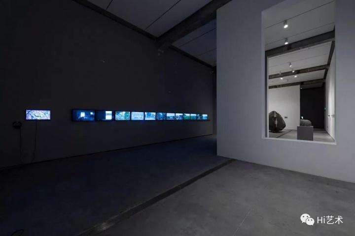 """""""体系的回响1997-2019""""展览现场左侧为《大提速》"""