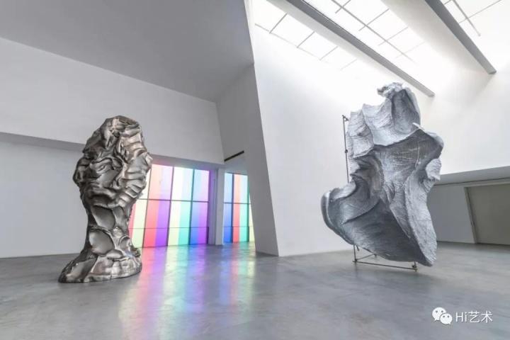 """""""体系的回响1997-2019""""展览现场左侧为《盲人肖像》"""