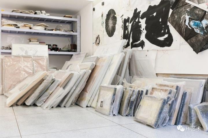 堆在角落的都是打包好准备展出但斟酌再三又退回来的手稿,展览展出的只是冰山一角