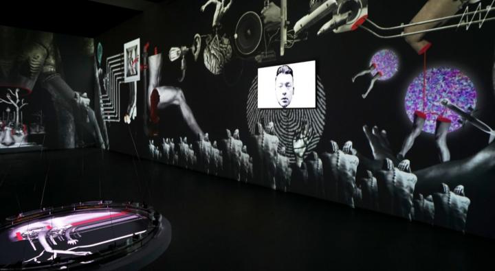 许毅博 《透明社会:下一刻》交互影像装置 尺寸可变 机械元件,石膏板,投影设备 2019