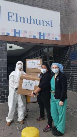 何雨为当地医院捐赠口罩和防护服。两周以来,N95 FOR NYC从中国和美国各界募集的善款与合规物资价值总计达12万6千美元左右,这一数字目前还在不断增加。(图:何雨)