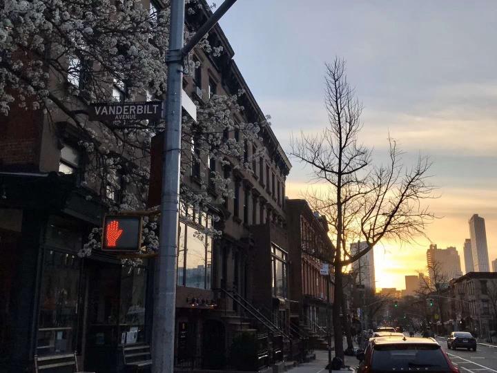 """疫情下的纽约黄昏。拍照当日何雨发的朋友圈里有这样一句话:""""这个日落,我昨天又看到了,在从否画廊骑车去巴克莱中心的路上,在几乎没有人的纽约,大自然重申了他的秩序。""""(图:何雨)"""