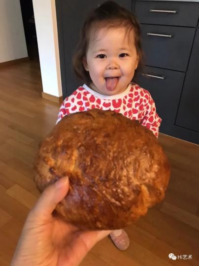 孩子暂时不去托儿所后,寿含章日日亲力照顾。图中是她为女儿烤面包(图:寿含章)