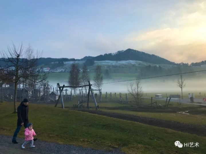 """下午,寿含章和丈夫会带女儿出去走走。寿含章说:""""瑞士美好的大自然给予了民众许多安慰与庇护,虽然lockdown了,但每个人都能轻易地找到一片无人的绿地。""""(图:寿含章)"""