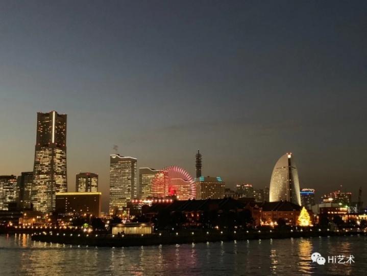 夜晚的横滨港,部分商店开始暂停营业,很多企业还在坚持工作(图:狄青)