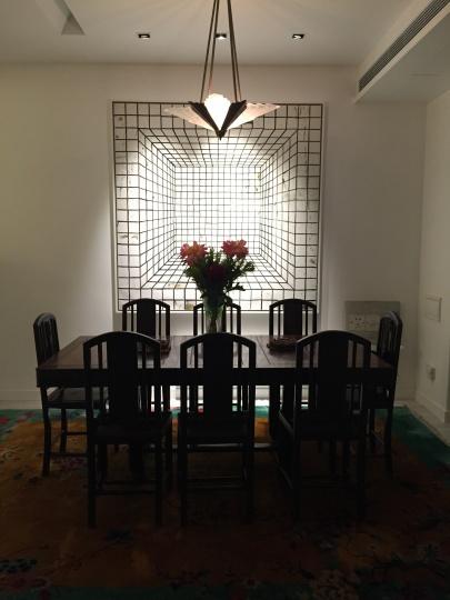 Laura上海家中的餐厅,墙上是张恩利的作品