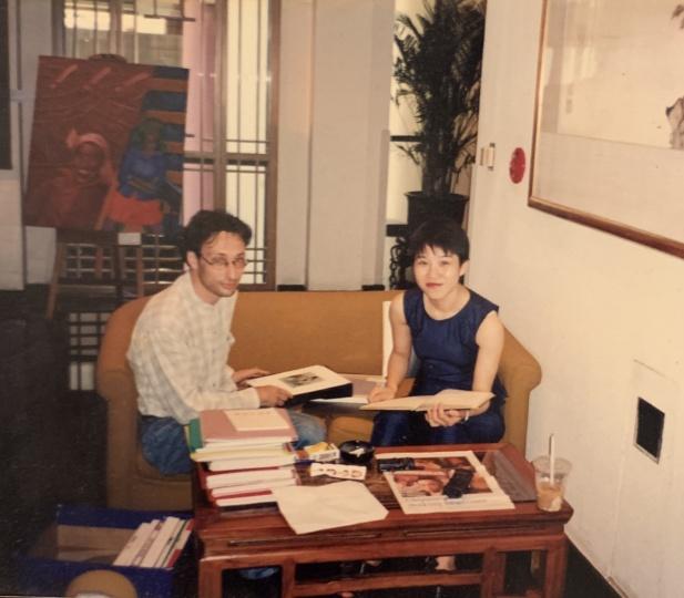 刚加入香格纳时的Laura与它的创始人劳伦斯(左)