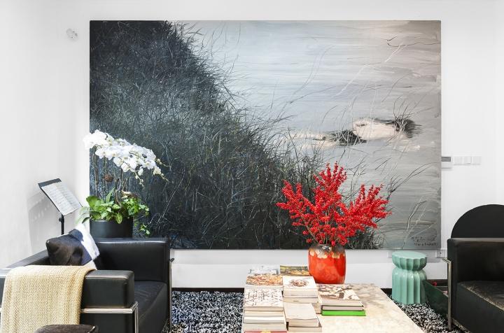 客厅里没有电视机,会客区的沙发正对着曾梵志2006年创作的《游泳的人》。