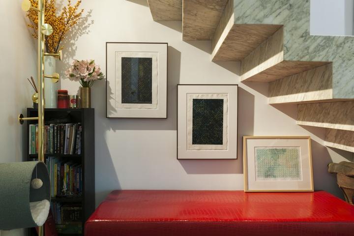 楼梯下方的墙面也不浪费,墙上和沙发上都是丁乙的纸本作品。Andrew说花了五年多的时间才理解丁乙作品的奥妙之处。