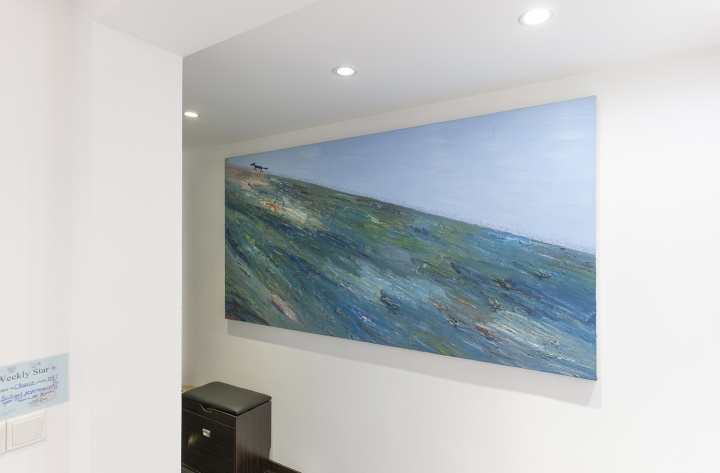 玄关处是欧阳春2006年的作品《野狗》。