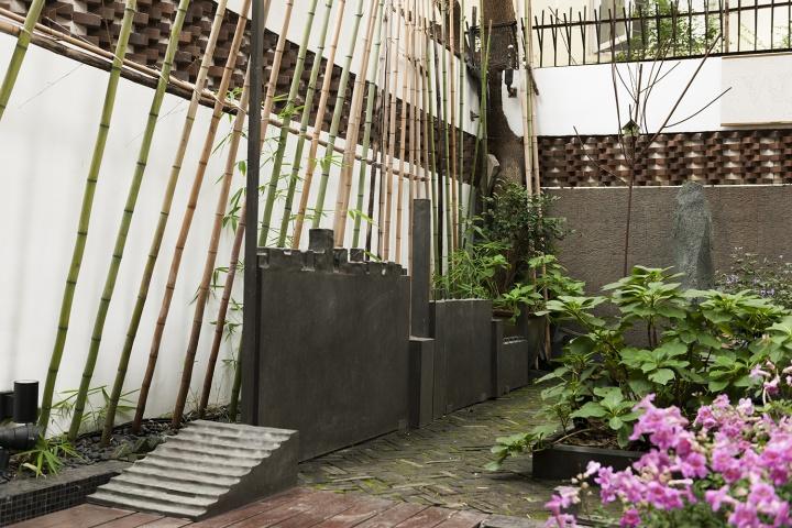 娜布其2017年的作品《空间外的风景》,放在花园里很切题。