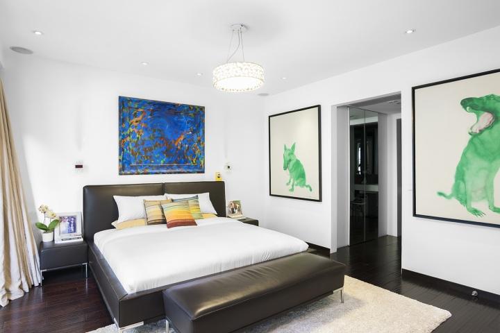 """霍华德·霍奇金( Howard Hodgkin)的作品是Andrew自己的第一件收藏,这件曾经在大都会博物馆展出过的作品,如今挂在夫妻俩卧室床头。右侧墙面上的两幅周春芽""""绿狗""""是2001年左右夫妇俩在艺博画廊购买的。"""