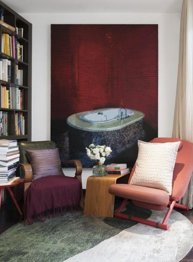 主卧的一角是夫妇俩看书阅读的地方,墙上的作品是袁远2010年画的《海伦的浴缸》。