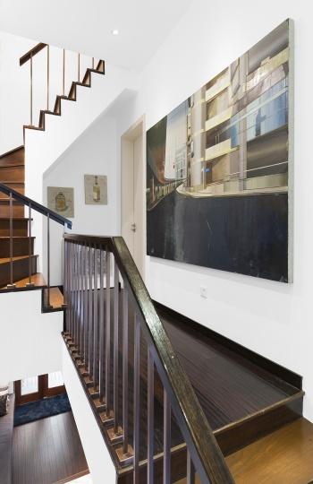 楼梯过道墙上是80后艺术家崔洁2014年创作的《上海华侨大厦》。