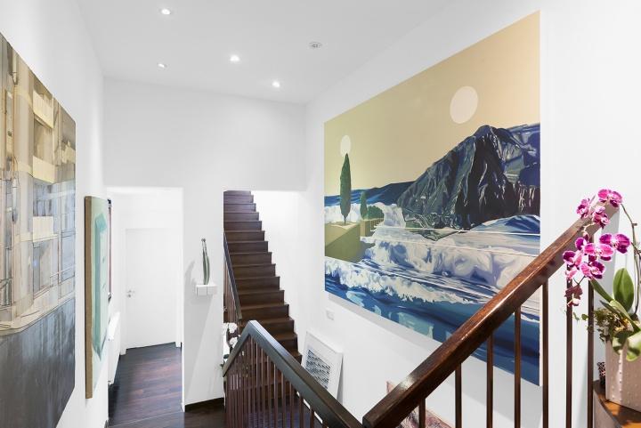 右侧墙面是汪建伟的《寒武纪 No.7》,夫妻俩于2018年西岸艺术与设计博览会上在长征空间购买。