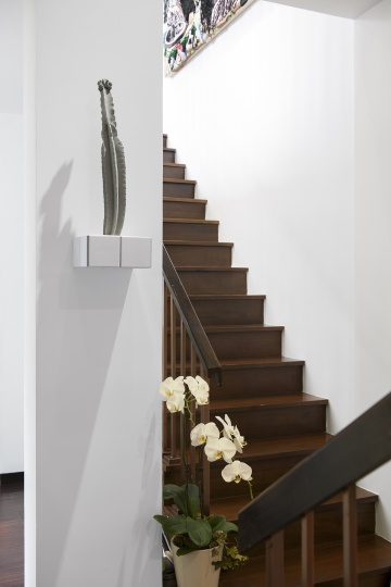 混凝土和瓷砖构成的《风化的细节》(张如怡作品)点缀了家中一角。