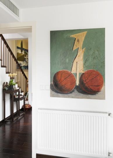 王兴伟2007年的作品《无题(两个篮球)》。