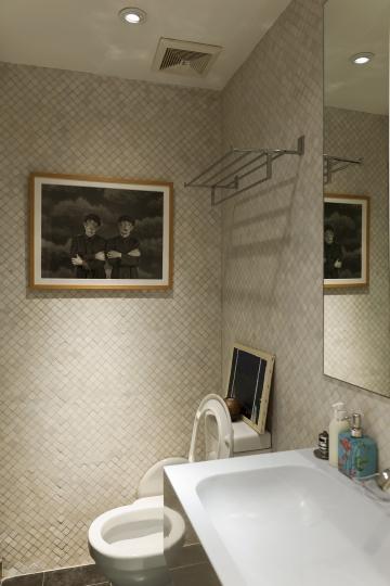"""客房洗手间里挂着王宁德2001年的摄影作品《某一天No.7》,士兵闭着眼睛,似乎比睁眼面对镜头更不真实。""""某一天""""系列创作于1999-2009年,是王宁德最具代表性的作品之一。"""