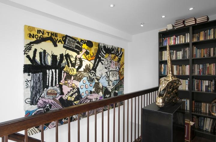 通往三楼阳光房楼梯的侧面墙上是徐震的布艺拼贴作品《蔓延》(2010)。