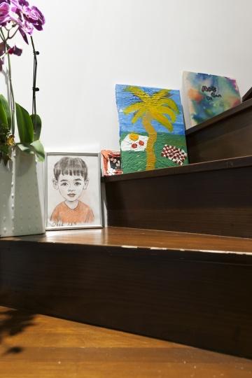 楼梯拐角处摆着儿子Chance的作品。