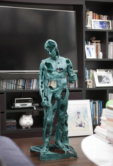 工作在上海的艺术家靳山的雕塑。