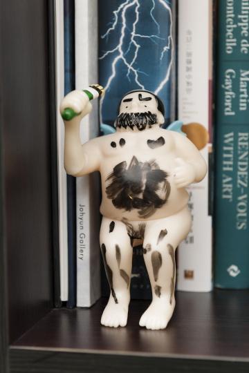 摆在书柜上的廖国核的小雕塑。