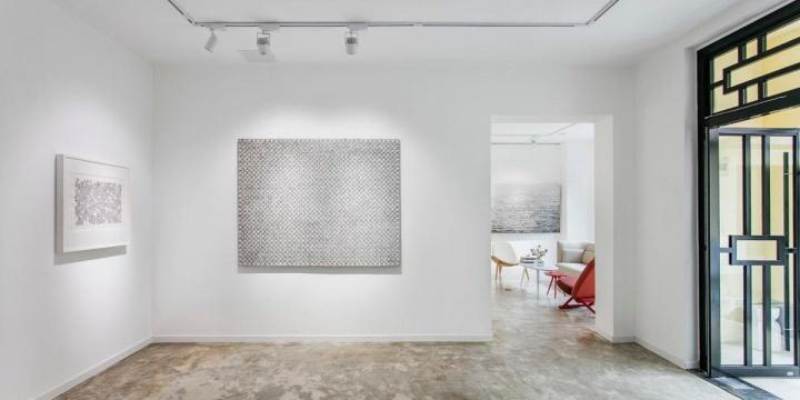 """166艺术空间开幕首展""""上海黑与白""""呈现了上海本土的五位著名艺术家丁乙、张恩利、倪有鱼、石至莹和胡子的以黑白颜色为主体的纸本和油画作品。"""