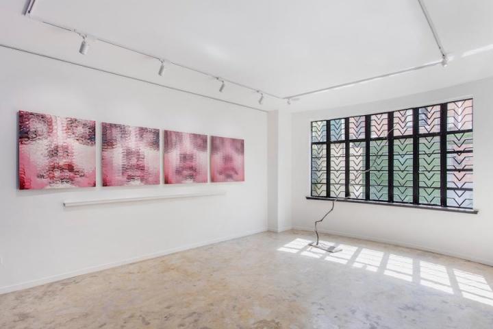 """2019年3月至8月,166艺术空间举办了曾梵志个展""""——"""",名称取自曾梵志作品中提炼出来的一根线条。展出了9件作品,包括油画、雕塑和纸本等不同形式,均为艺术家过去25年以来的创作。"""