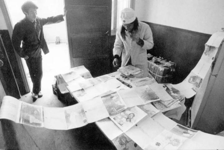 1992年,新历史小组成员进行《消毒》的文本制作