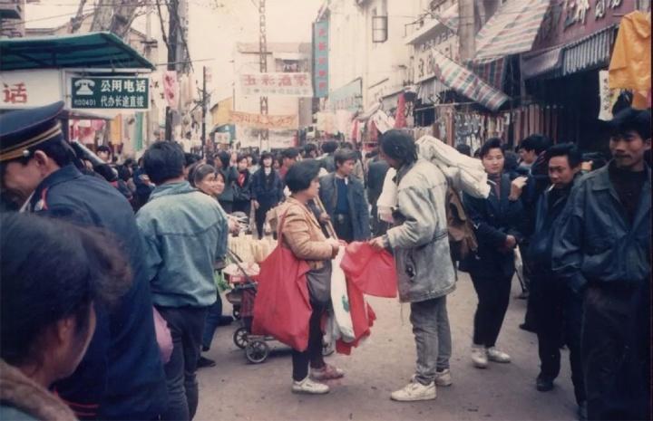 """1992年,任戬在武汉汉正街街头采购制作""""任戬集邮牛仔服""""的布料"""