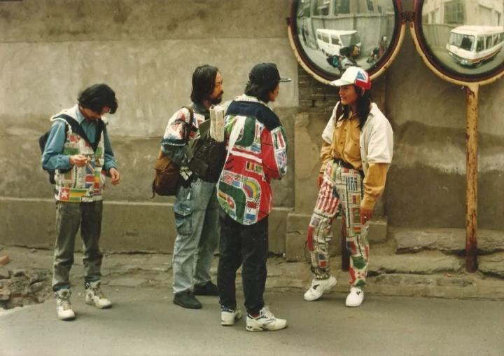 """1993年,任戬与身穿""""任戬集邮牛仔服""""的周细平、梁小川、叶双贵在北京市西城区粉子胡同街头"""