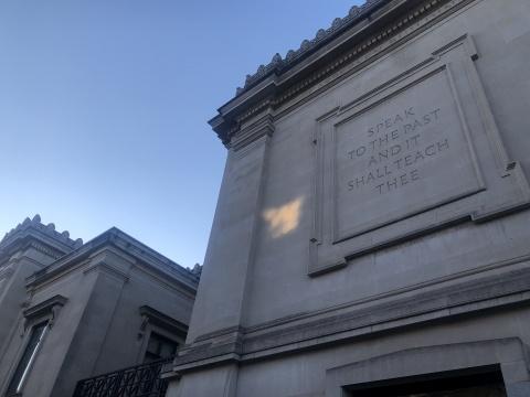 """布朗大学学校外墙上写着""""与过去对话 它会指引你"""""""