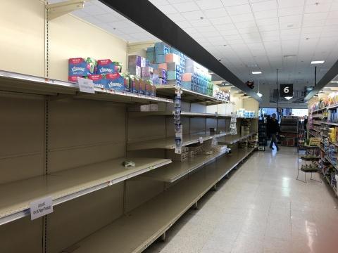 美国罗德岛超市抢购一空的卫生纸
