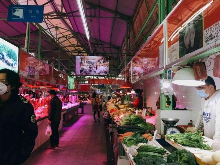 与扉美术馆一墙之隔的东山口农林肉菜市场
