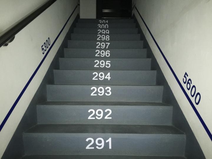 """宋冬贯穿1-18层防火楼梯间的作品《防火楼梯""""非锦标赛""""》"""