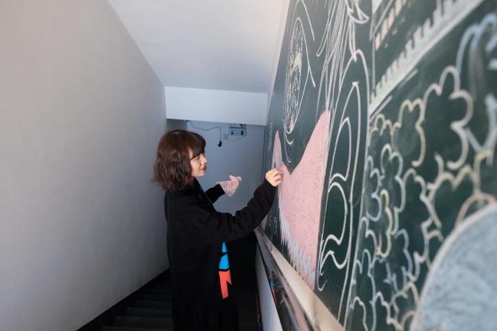 张文婷(Wendy Teo)贯穿1-16层防火楼梯间的作品《楼梯间的豌豆茎》