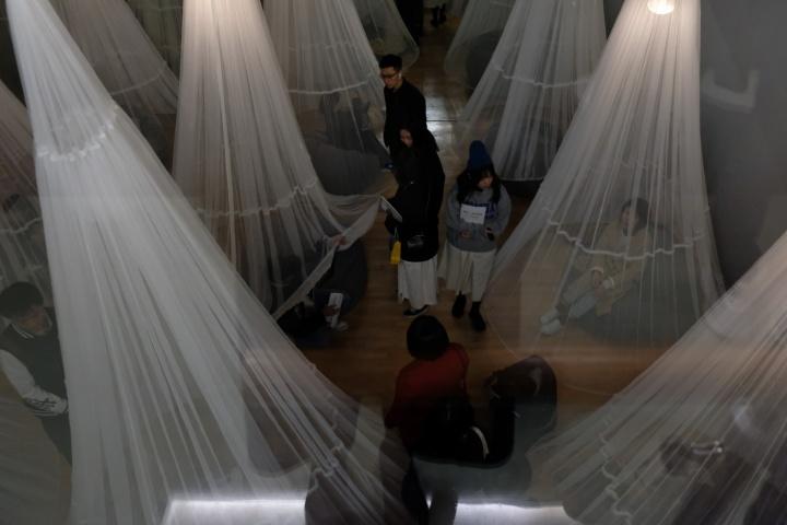 观众于负一层舞蹈厅内体验杜鹃的作品《舞睡厅》