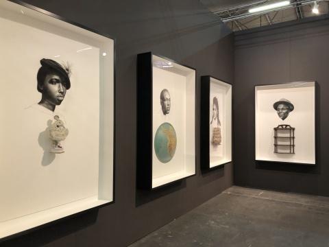 纽约的DC Moore Gallery带来当代非洲裔美国艺术家惠特菲尔德•拉弗尔(Whitfield Lovell)的作品,作品基本是由木炭纸绘与现成物拼贴而成