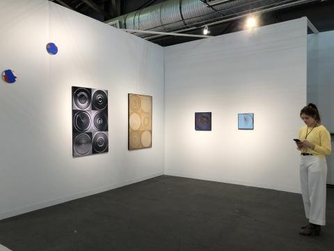 最近在香港开设了新空间的比利时画廊Axel Vervoordt Gallery展位,带来1938年出生的日本先锋艺术家名坂有子(Yuko Nasaka)个展