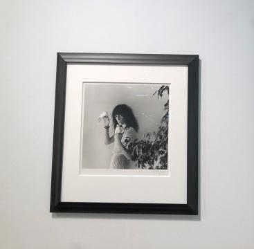 罗伯特·梅普尔索普(Robert Mapplethorpe)拍摄的音乐人、诗人帕蒂·史密斯(Patti Smith)的黑白肖像摄影,售价12.5万美金。因是存世10个版中的第5版,也是目前唯一流出市面的版本,所以一度引发藏家争抢。