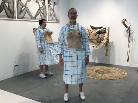 """来自洛杉矶的Baik+Khneysser画廊带来与女性主义相关的表演,引人思考究竟是什么建构了出现在艺博会展场的""""女性主义"""""""
